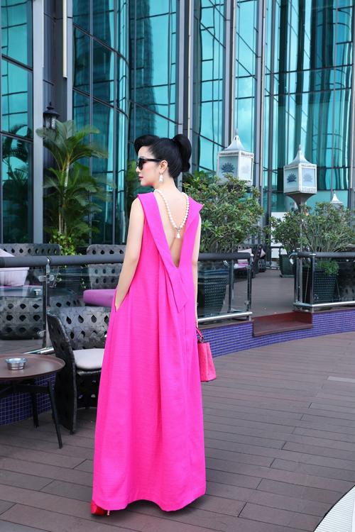 Mẫu váy kín trước, hở sau với đường cut-out sắc nét giúp Giáng My ấn tượng với phong cách mùa hè.