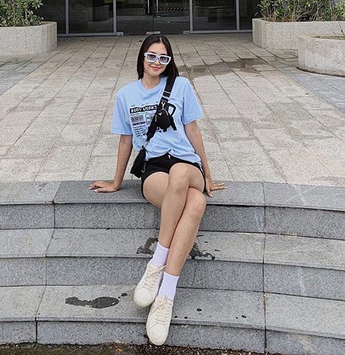 Diện set đồ đơn giản với áo thun và quần short jeans, Tiểu Vy vẫn hút ánh nhìn nhờ khéo khoe chân thon. Túi đeo chéo Pranda được hoa hậu chọn lựa để hoàn thiện set đồ.
