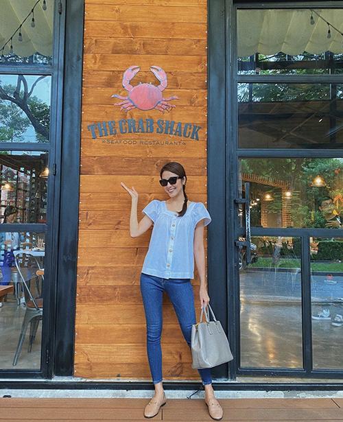 Xuống phố vào ngày nắng đỉnh điểm, Tăng Thanh Hà chọn áo trắng cổ điển để mix cùng quần jeans dáng skinny.