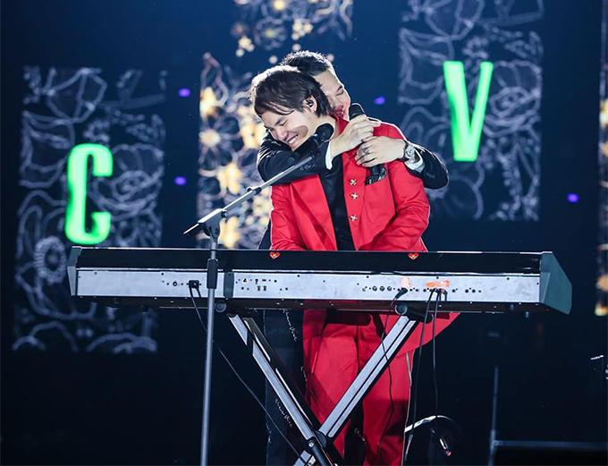 Hai anh em Khắc Việt - Khắc Hưng trong liveshow Gặp gỡ thanh xuân của nam ca sĩ hồi tháng 10/2019.