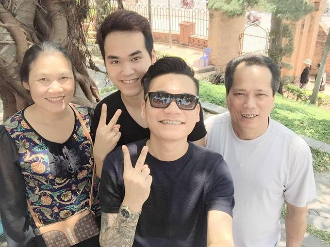 Bố mẹ và hai anh em Khắc Việt - Khắc Hưng năm 2015.