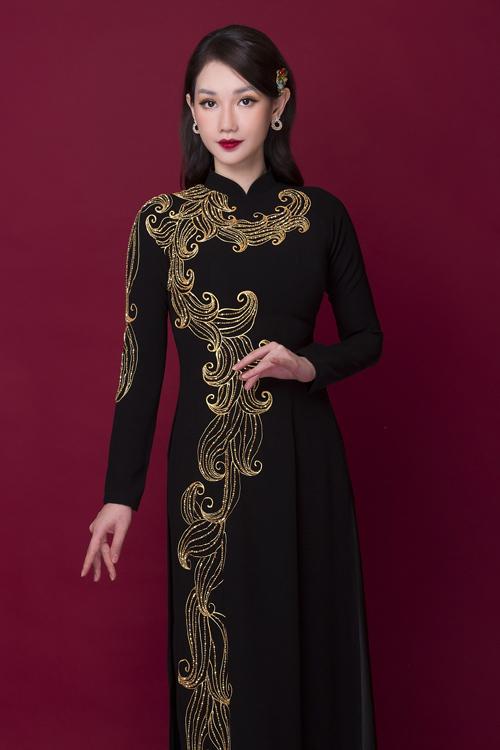 Các tấm áo dài đen mà Quỳnh Chi diện thuộc bộ sưu tập mới của NTK Minh Châu.Tấm áo dài đen tuyền được điểm hoa văn nhã nhặn, mang tông vàng đồng bắt sáng trải dài dọc thân, giúp kéo dài chiều cao cơ thể một cách tự nhiên.