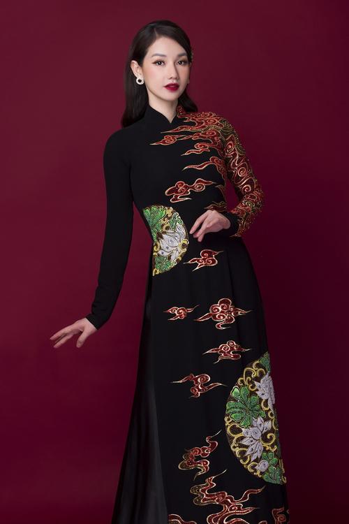 Tuy mang sắc đen nhưng tấm áo không nhàm chán nhờ họa tiết cung đình truyền thống bắt mắt.