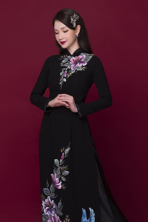 Theo Minh Châu, điều quan trọng với bà sui khi lựa chọn áo dài là chú trọng tới màu sắc, hoa văn sao cho làm toát lên vẻ sang trọng, thể hiện được cá tính của người diện.