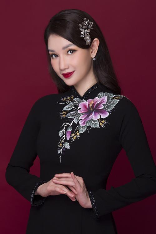 Bộ ảnh được thực hiện bởi trang phục: Áo dài Minh Châu, nhiếp ảnh: Bảo Lê, trang điểm - làm tóc: Tuyết Nhi.