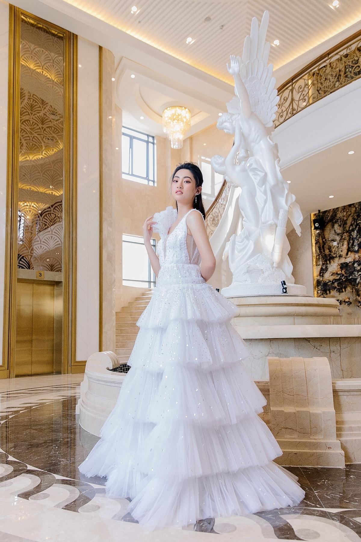 Những chiếc váy ngọt ngào, lộng lẫy phù hợp với không gian cưới theo lối kiến trúc cầu kỳ, tráng lệ