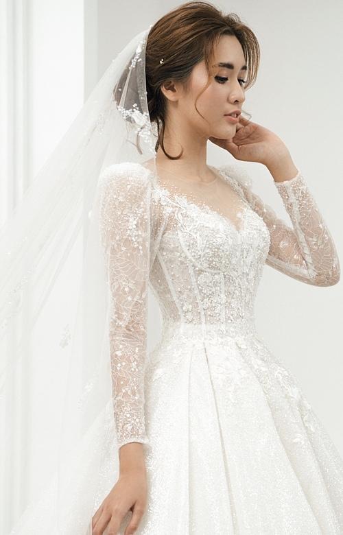 Bên cạnh đó, nếu muốn xây dựng hình ảnh một nàng dâu thanh lịch, sang trọng và kín đáo, bạn không nên bỏ qua kiểu váy dài tay lấy cảm hứng từ các cô dâu hoàng gia châu Âu.