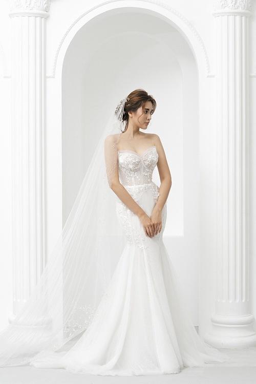 Váy trumpet với điểm chiết ly ở trên đầu gối sẽ không gây vướng víu cho cô dâu khi di chuyển.