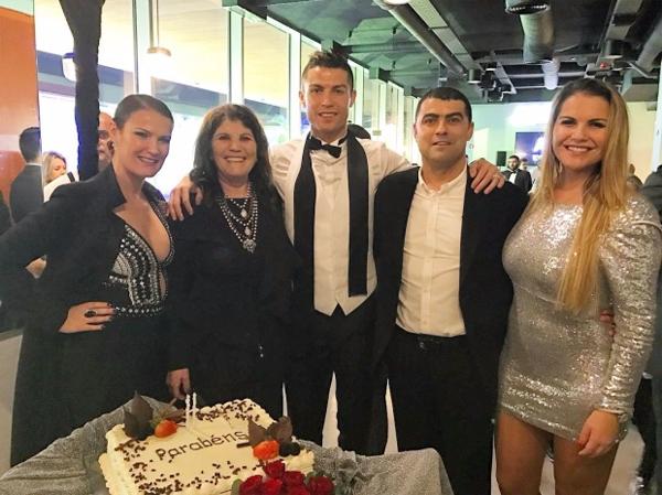 Siêu sao Juventus bên mẹ, anh trai và hai chị. Katia mặc váy màu bạc đứng ngoài cùng bên phải. Ảnh: Instagram.