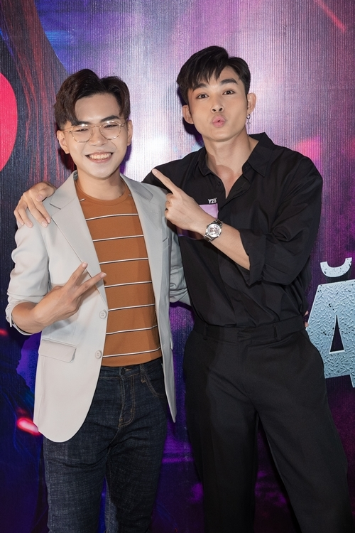 Diễn viên hài Minh Dự (trái) là gương mặt tỏa sáng và gây hài nhất ở tập đầu của phim.