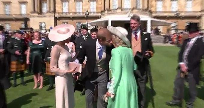 Vợ chồng Harry, Meghan chào tạm biệt Camilla tại tiệc mừng sinh nhật Thái tử Charles hồi tháng 5/2018. Ảnh cắt từ video.