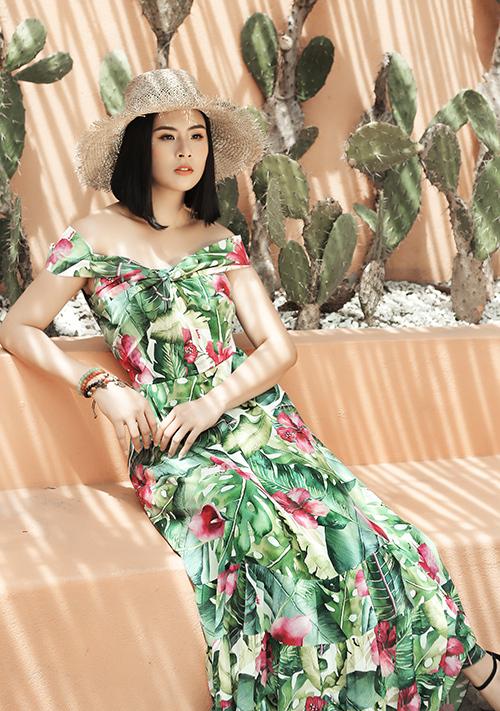 Hà Duy biết rằng sử dụng kiểu họa tiết này cho trang phục mùa hè không còn là điều mới lạ. Tuy nhiên, anh khiến bộ sưu tập của mình trở nên đặc biệt hơn bằng cách xử lý chất liệu tơ tằm một cách tinh tế.
