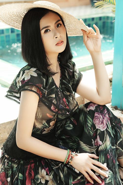 Ngọc Hân trở thành nàng thơ của Hà Duy trong bộ ảnh mới. Hoa hậu Việt Nam 2010 cho biết, cô rất thích váy vóc điệu đà nên không có lý do gì để từ chối làm mẫu cho Hà Duy. Mái tóc ngắn mới cắt của cô càng giúp những bộ đầm họa tiết thêm trẻ trung.