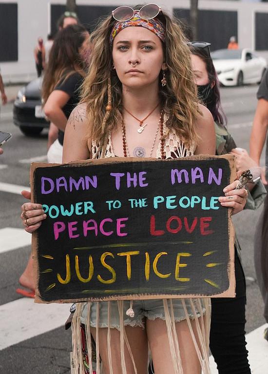 Cô biểu tình đòi công lý cho người da đen bị cảnh sát ghì chết.