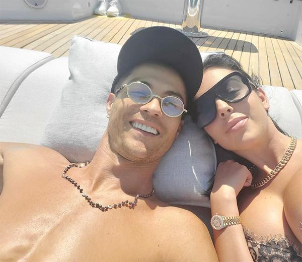 C. Ronaldo và bạn gái thư giãn trên du thuyền trong chuyến đi ngắn. Ảnh: Instagram.