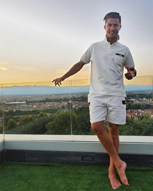 Trên Instagram tối 25/6, C. Ronaldo chia sẻ ảnh đón bình minh ở biệt thự tại Turin, có vẻ cặp sao đã trở về nhà sau chuyến đi biển chớp nhoáng. Ảnh: Instagram.