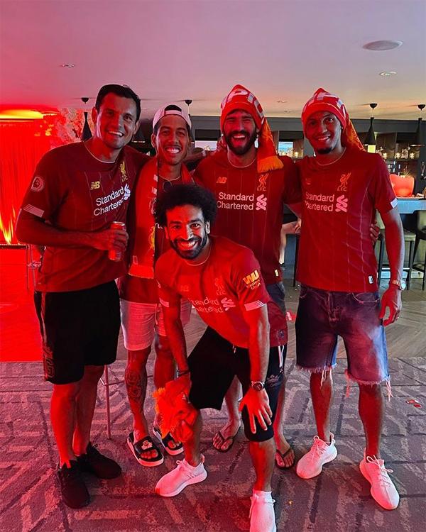 Tiền đạo Mohamad Salah đăng ảnh mừng chức vô địch bên một số đồng đội như Lovren, Firmino, thủ môn Becker. Vâng, cảm giác thật tuyệt. Tôi muốn cảm ơn tất cả người hâm mộ trên khắp thế giới. Chính các bạn biến điều này thành có thể với chúng tôi và tôi hy vọng toàn đôi tiếp tục mang tới niềm vui tương xứng. Giờ thì họ sẽ tin chúng ta, chân sút người Ai Cập viết.
