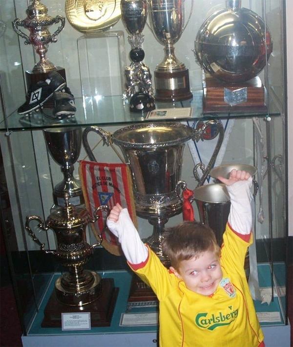 Chân sút 17 tuổi Harvey Elliot chia sẻ khoảnh khắc ngày nhỏ hân hoan bên cạnh bộ sưu tập Cup. Vô địch Premier League, chàng trai tuổi teen viết.