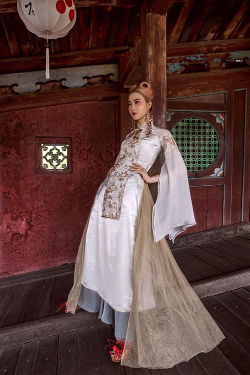Người đẹpkhéo léo kết hợp hoa tai kim loại to bản ton-sur-ton với hoạ tiết thêu trên trang phục.