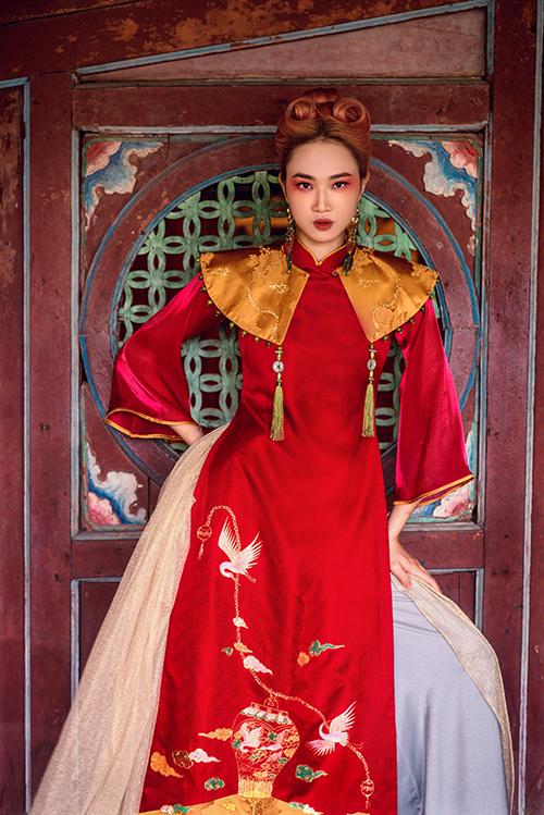 Các hoạ tiết được thêu, vẽ và đính kết tỉ mỉ kết hợp phụ kiện gợi nhớ đến trang phục hầu đồng.