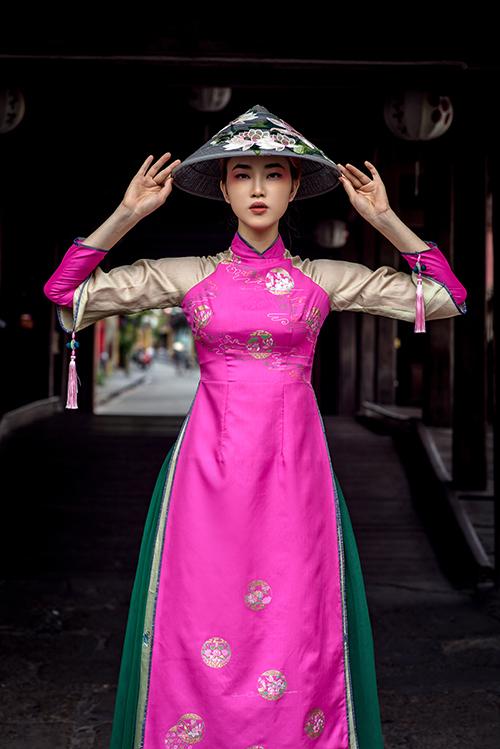 Hoạ tiết trang phục gợi nhớ tín ngưỡng thờ Mẫu, được in trên chất liệu có màu sắc nổi trội.