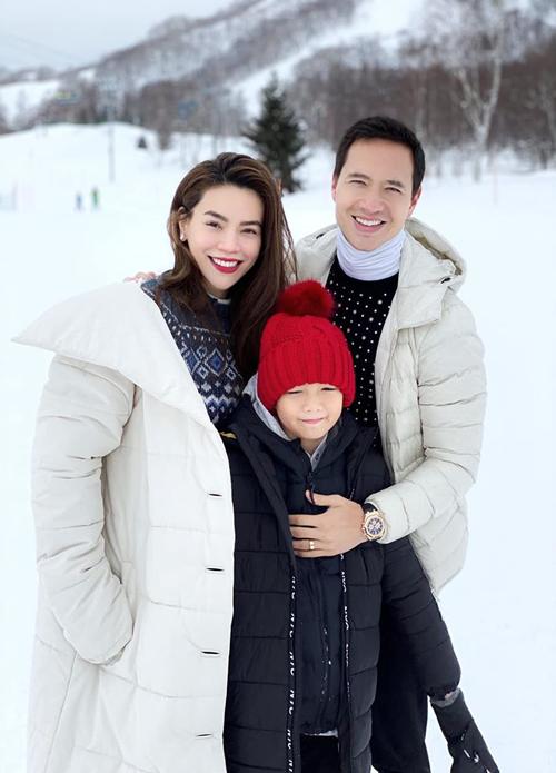 Kim Lý bên Hà Hồ và con trai của bạn gái - Subeo - trong một chuyến du lịch.