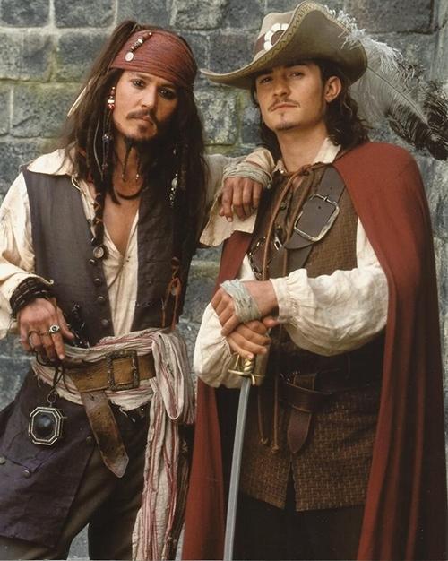 Johnny Depp (trái) và Orlando Bloom đóngCướp biển vùng Caribbeannhiều năm trước.