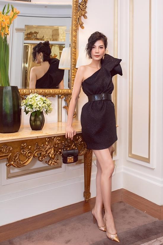 Cựu siêu mẫu Vũ Cẩm Nhung trẻ trung hơn nhờ thay đổi kiểu tóc. Cô cũng chọn kiểu váy ngắntạo phom 3D của Đỗ Mạnh Cường.