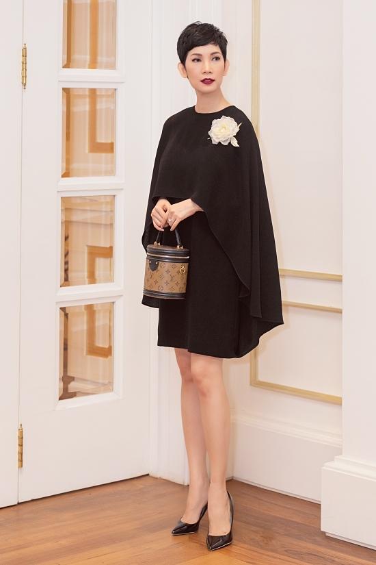 Cựu siêu mẫu Xuân Lan thanh lịch với kiểu đầm dáng rộng, kết hợp áo choàng.