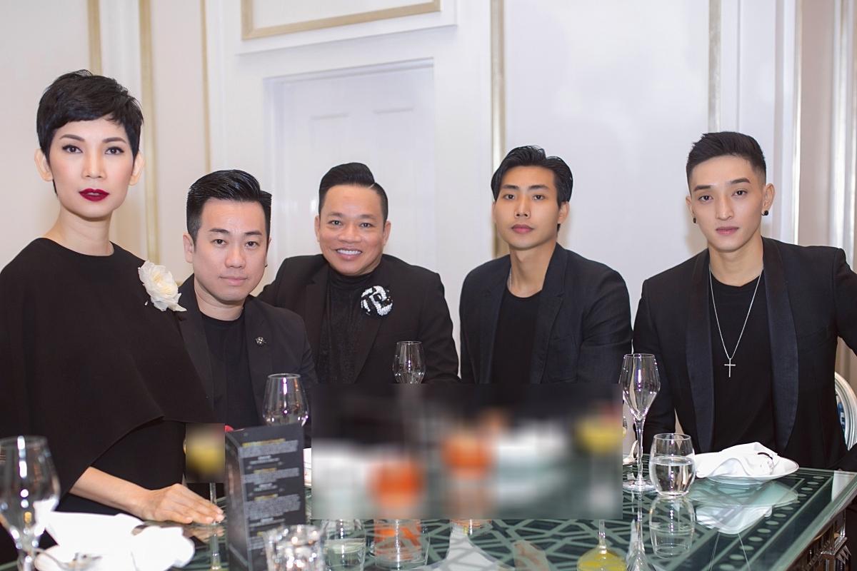 Buổi tiệc còn có sự tham gia của người mẫuLê Thành Long , Hữu Long, doanh nhân Huy Cận (từ phải qua).