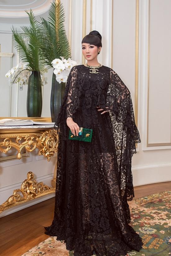 Giáng My diện chiếc váy phom rộng có chất liệu ren xuyên thấu của nhà thiết kế Đỗ Mạnh Cường.