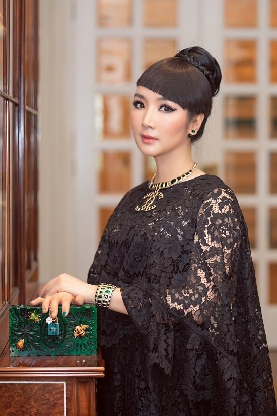 Người đẹp tô điểm ngoại hình bằng mũ cổ điển, vòng cổ Chanel và clutch màu xanh ngọc của Louis Vuitton.