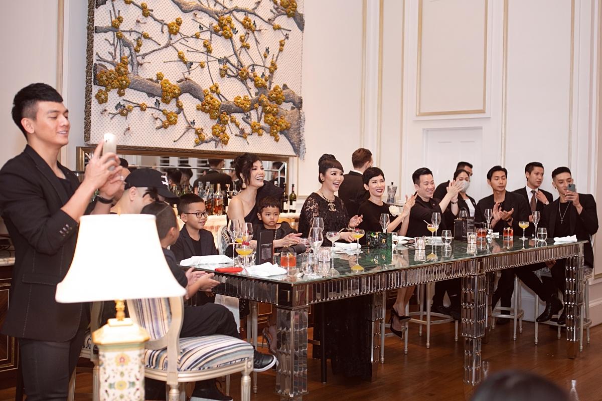 Các khách mời vừa uống cocktail vừa theo dõi nhiều tiết mục thú vị củaStefan Leyshon.