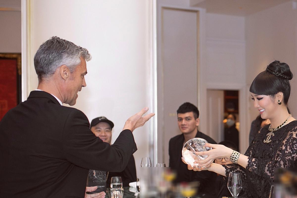 Stefan Leyshon tương tác với hoa hậu Giáng My trong một tiết mục.
