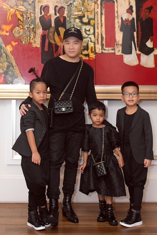 Đỗ Mạnh Cường dành thời gian đưa bé Nhím (trái), Tít (phải)và Linh Đan dự tiệc, giúp các con giải trí dịp cuối tuần. Ba bé đều được diện trang phục sắc đen đồng điệu với bố.