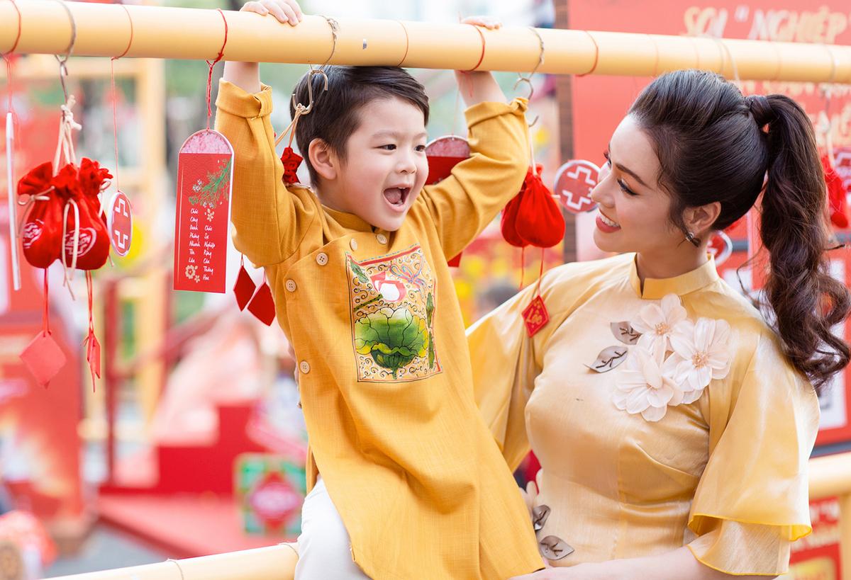 Nhật Kim Anh bên con trai Bửu Long dịp Tết 2020.