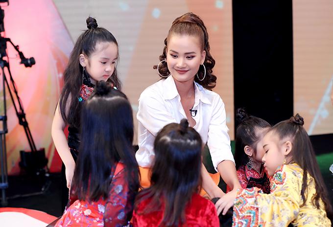 Lần đầu ngồi ghế giám khảo 'Siêu mẫu nhí', Top 5 Hoa hậu Hoàn vũ VN 2019 Hương Ly nhanh chóng chiếm được tình cảm của các bạn nhỏ bởi lối nói chuyện duyên dáng và cực kỳ hiểu tâm lý trẻ em.