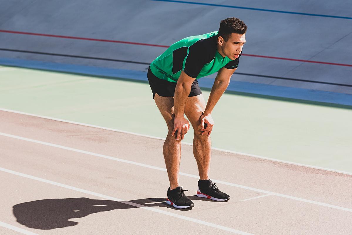 Tư thế hơi cúi người, chống tay lên đầu gối có thể giúp VĐV hồi sức nhanh sau đường chạy dài. Ảnh: Depositphotos.
