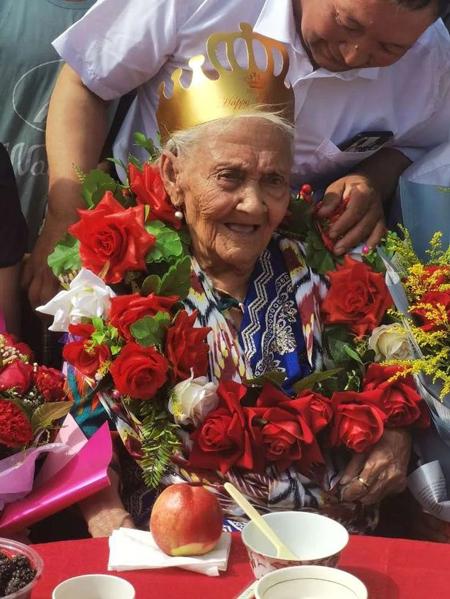 Cụ Almihan tại tiệc sinh nhật do chính quyền địa phương tổ chức hôm qua, 25/6. Ảnh: AsiaWire.