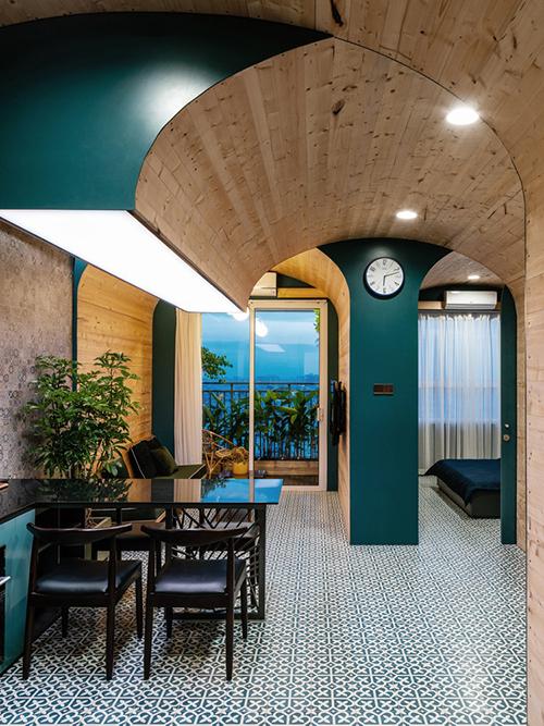 Căn hộ diện tích 63 m2 tại TP HCM được hoàn thiện năm 2019 bởi Block Architects. Kiểu thiết kế căn hộ hình hộp truyền thống dễ gây cảm giác nhàm chán và với nhiều tường ngăn, không gian trở nên chật chội, ngột ngạt. Do đó, nhóm kiến trúc sư đã lên phương án tạo ra không gian sống tươi mới, phong cách hơn nhờ phá bỏ bớt tường ngăn, thay thế bằng các vòm.