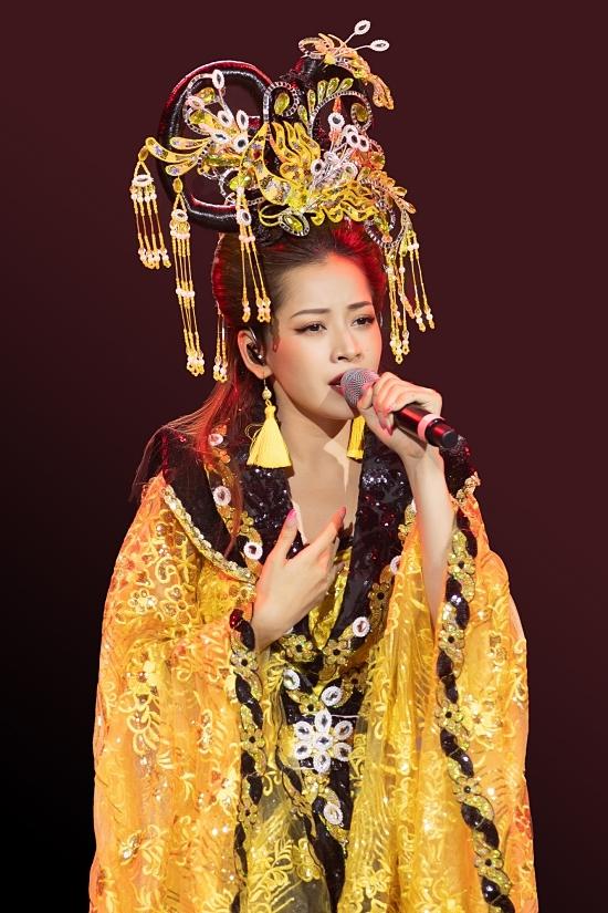 Nữ ca sĩ xuất hiện với trang phục vàng rực rỡ, trang điểm lộng lẫy hệt như một nghệ sĩ cải lương thực thụ.