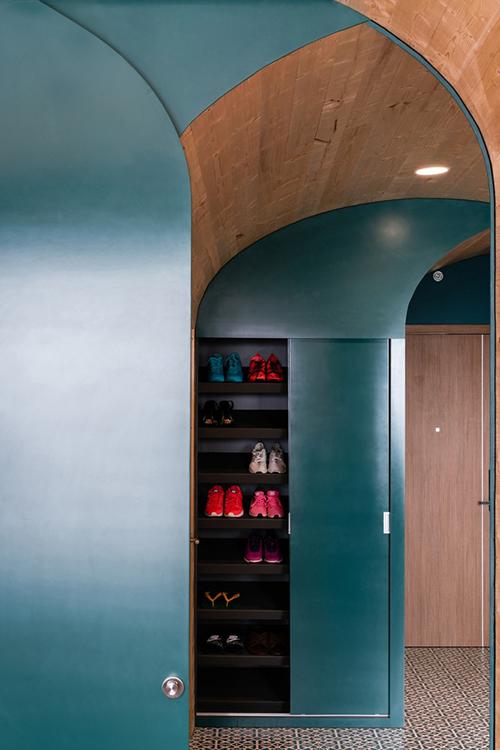 Gần cửa ra vào là tủ để giày âm tường.