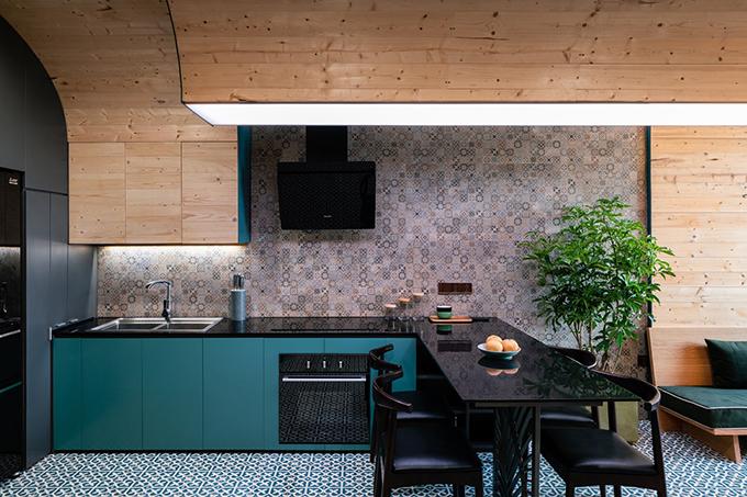 Khu bếp ăn mang tông đen, xanh, tạo sự hiện đại. Căn hộ thiết kế kiểu tối giản giúp cho không gian sống ngăn nắp, sạch sẽ. Gia chủ đặt thêm cây cảnh để xoá tan sự bức bí của nhà đô thị.