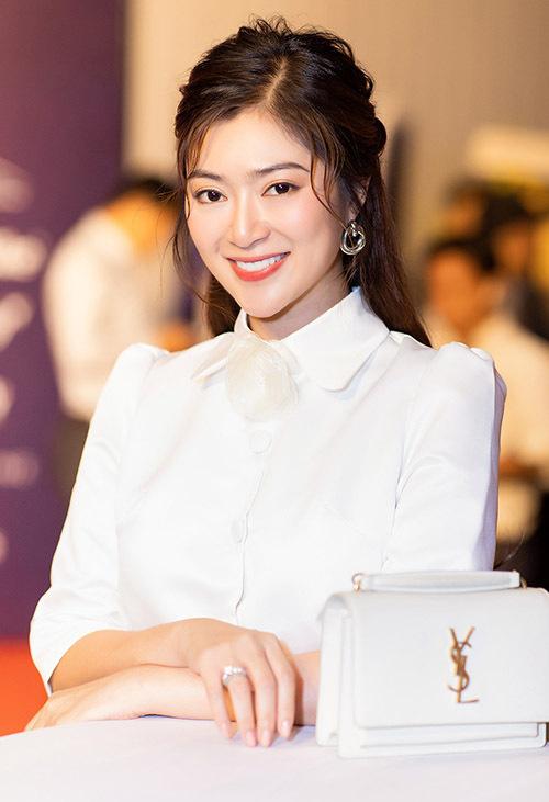 Nữ diễn viên mặc thanh lịch, cười tươi trước ống kính. Gương mặt cô trông gọn gàng, thanh tú hơn trước nhiều.