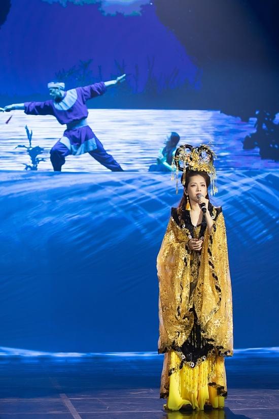 Tiết mục mở đầu với cảnh một chàng trai đang tập vũ đạo trên thuyền, cạnh anh là một bé gái đang say mê thưởng thức. Đây đồng thời cũng là phân cảnh mở đầu trong MV Cung đàn vỡ đôi.