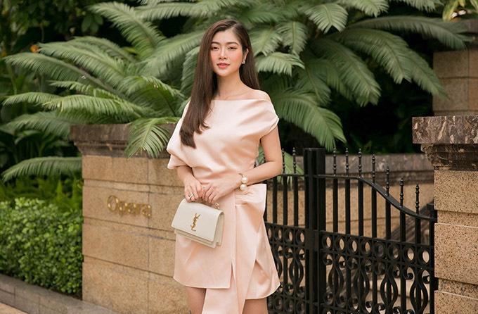 Nữ diễn viên thoải mái chọn các kiểu váy trễ vai, thắt eo giúp khoe xương quai xanh và vóc dáng mảnh mai sau giảm cân.