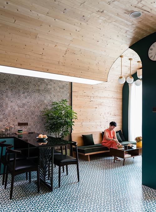 Không gian sinh hoạt chung gồm nơi tiếp khách và bàn ăn. Ranh giới giữa tường và trần nhà biến mất, giúp căn hộ nhỏ trở nên phá cách.