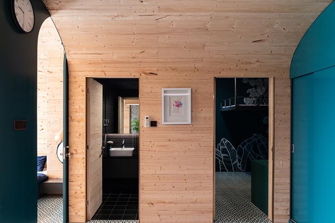 Bên cạnh lối vào của căn hộ là phòng ngủ, nhà vệ sinh.