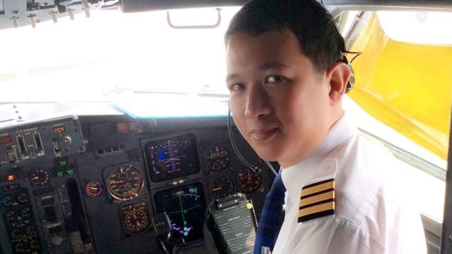 Hình ảnh Nakarin Inta trên buồng lái máy bay một năm trước. Ảnh: CNN.