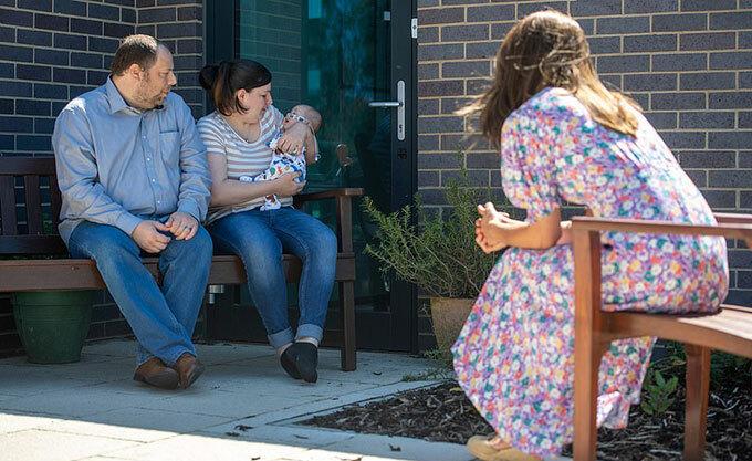 Nữ công tước xứ Cambridge đặc biệt quan tâm tới bé Conner của cặp vợ chồng Liam và Lisa.